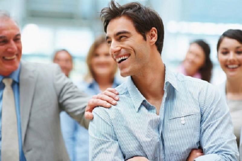 محبوبیت در محیط کار ؛ چطور در محیط کار برای همکاران شخصیتی دوست داشتنی و جذاب باشیم؟